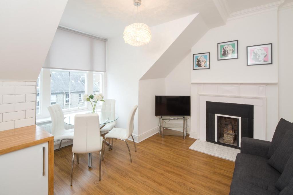 Edinburgh Castle Apartments and Suites Penthouse Suites