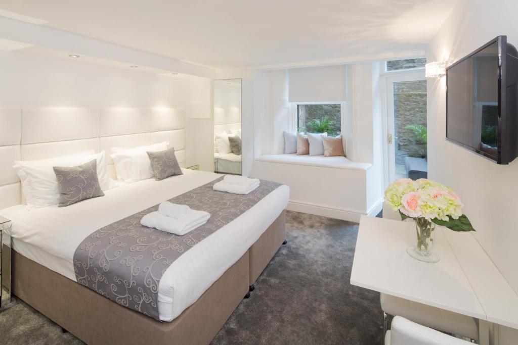 edinburgh castle apartments suites deluxe garden suite