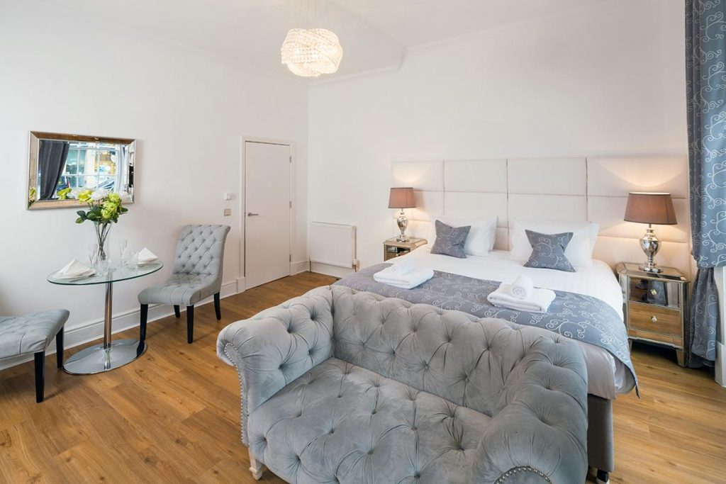 edinburgh-castle-apartments-suites-hotel-for-accomodation-to-everybody-1024x683